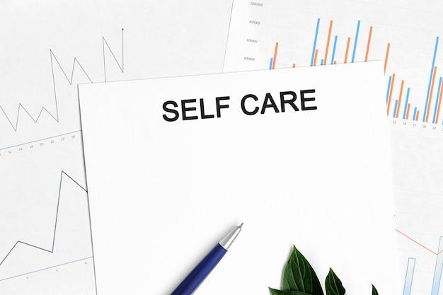 Documento di cura di sé con grafici, diagrammi e penna blu. Foto Premium