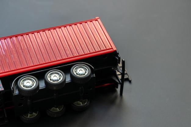 Il camion del contenitore del rimorchio dei semi si è schiantato, scontro del camion del rimorchio sull'incidente su priorità bassa nera sotto la consegna del contenitore del carico di trasporto al concetto di destinazione. Foto Premium