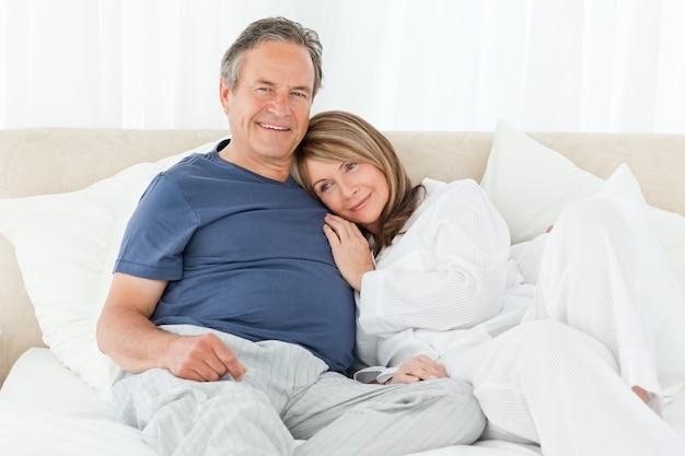 Coppia senior sdraiati sul letto Foto Premium