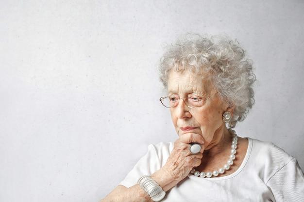 Senior signora chiedendo Foto Premium
