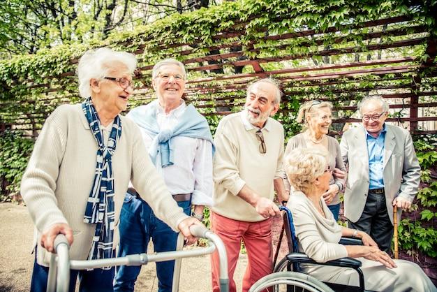 Senior persone che camminano all'aperto Foto Premium