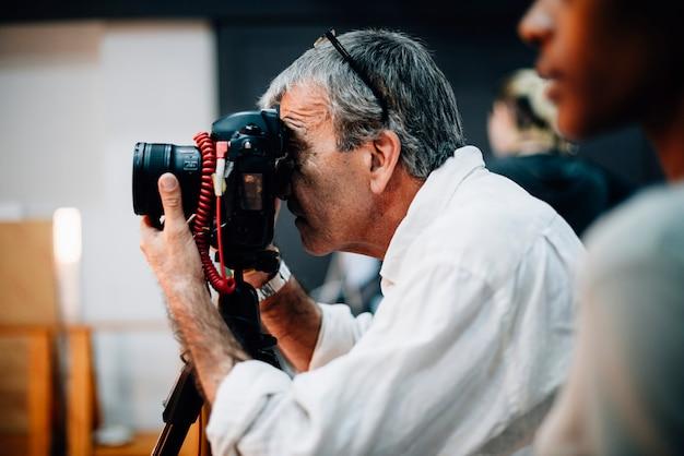 Fotografo senior che cattura un colpo Foto Premium