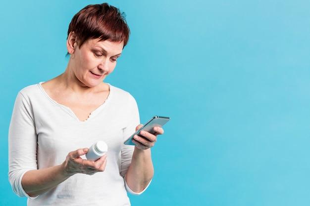 Donna senior che prende le pillole Foto Premium