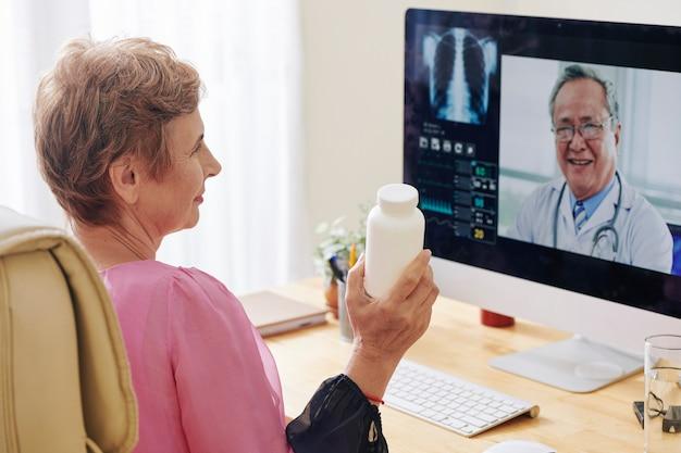 Senior donna videochiamata medico Foto Premium