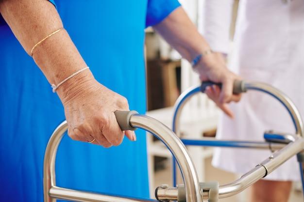 Senior donna con camminatore Foto Premium