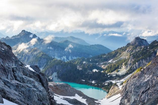 Lago di serenità in montagna nella stagione estiva. bellissimi paesaggi naturali. Foto Premium
