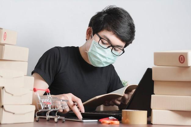 Imprenditore serio indossando maschere in abiti casual, controllo delle informazioni sull'ordine del cliente, Foto Premium