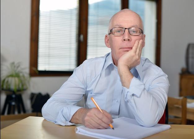 Grave uomo d'affari maturo in ufficio Foto Premium