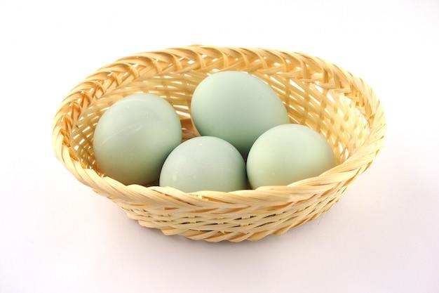 Servire le uova di anatra fresche su una superficie bianca Foto Premium