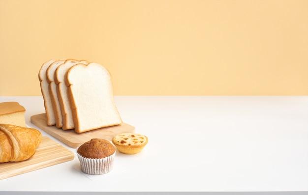 Set di cibo per la colazione o prodotti da forno sulla cucina del tavolo Foto Premium
