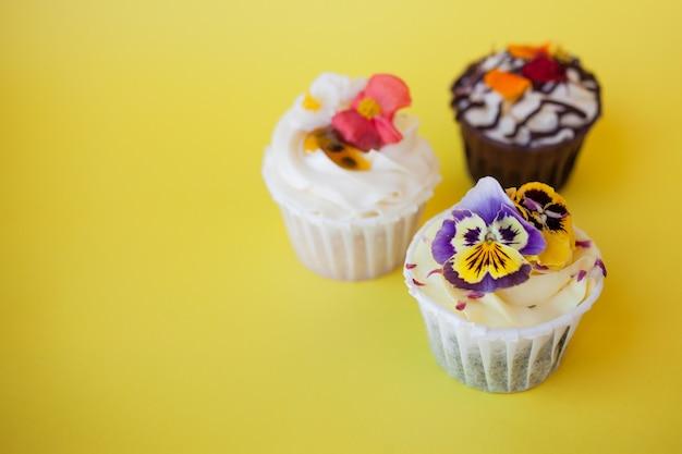 Set di deliziosi cupcakes con diversi ripieni e crema. tre muffin con panna Foto Premium