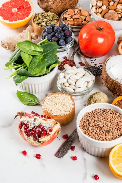 Set di alimenti biologici sani, supercibi - fagioli, legumi, noci, semi, verdure, frutta e verdura Foto Premium