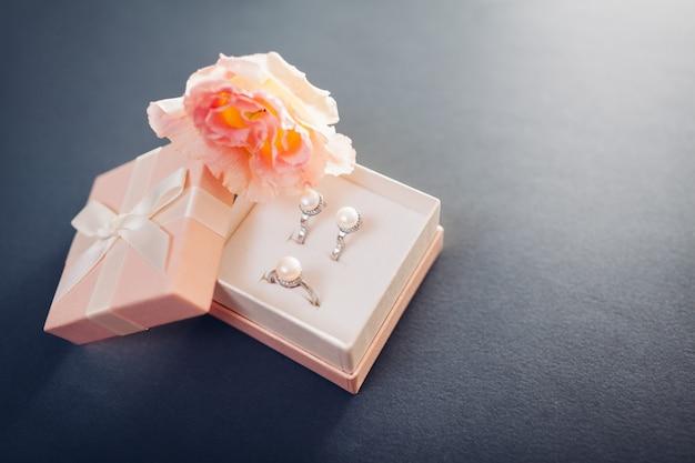 Set di gioielli di perle in confezione regalo con fiori. orecchini e anello in argento con perle come regalo per le vacanze. Foto Premium