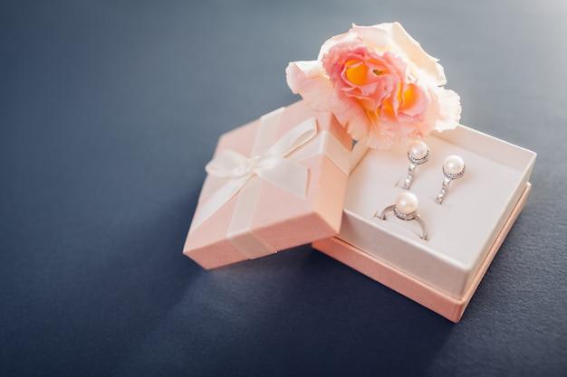 Set di gioielli di perle in confezione regalo con fiori. orecchini e anello in argento con perle come regalo Foto Premium