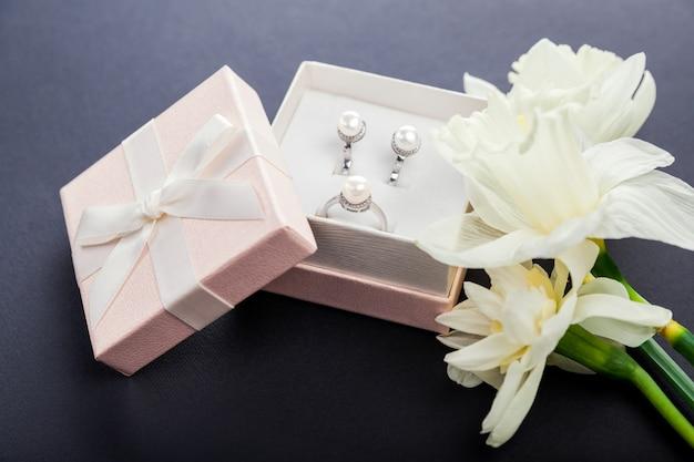 Set di gioielli di perle in confezione regalo con fiori. Foto Premium