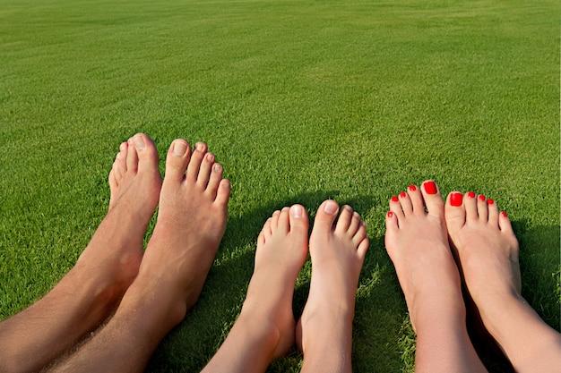 Diverse gambe sdraiate sull'erba e riposate Foto Premium