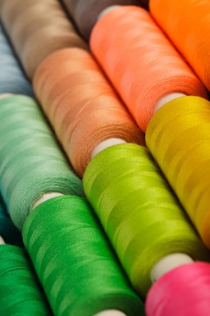 Filati per cucire closeup multicolore Foto Premium