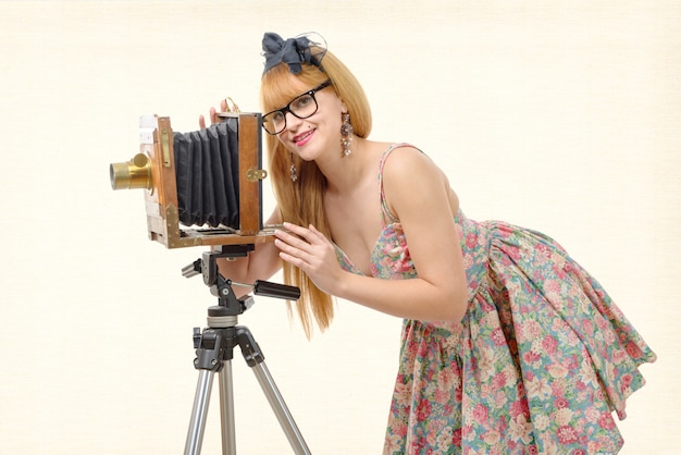 Perno sexy sulla donna con la vecchia macchina fotografica di legno della foto Foto Premium
