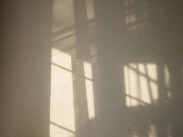 Ombre dalla finestra per sovrapposizioni sulla presentazione del prodotto, sullo sfondo e sul mockup. Foto Premium