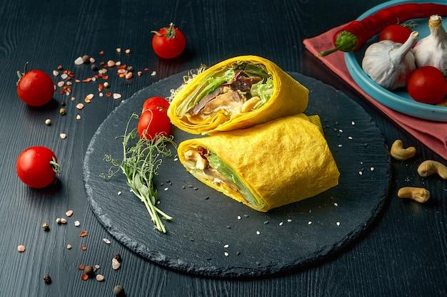 Rotolo di shawarma o burrito con formaggio, lattuga e funghi shiitake. cibo di strada Foto Premium