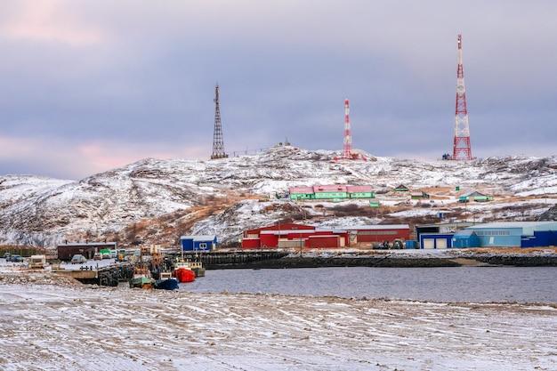 Campo di spostamento nell'artico, case sulle colline del mare di barents Foto Premium