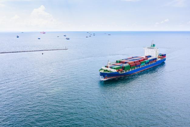 Container logistici per spedizioni internazionali in mare aperto Foto Premium
