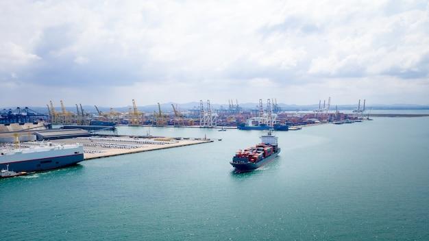Logistica di container di spedizione importazione ed esportazione di mare aperto internazionale e sfondo del porto di spedizione Foto Premium