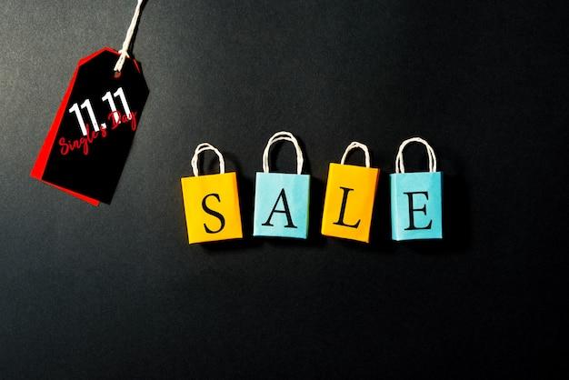 Borsa shopping con cartellino del prezzo, vendita di fine anno, concetto di vendita di 11.11 single giorno Foto Premium