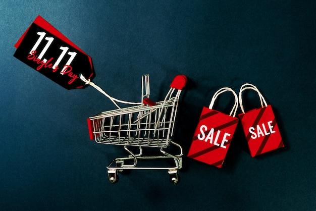 Carrello e borsa della spesa, vendita di fine anno, concetto di vendita di 11.11 single giorno Foto Premium