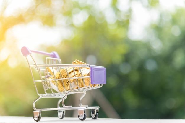 Carrello con moneta d'oro. concetto di acquisto online. Foto Premium