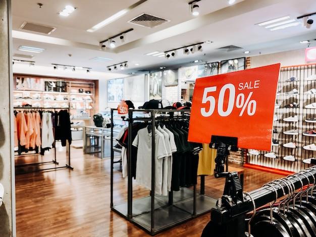T-shirt shopping saldi -50% di sconto. vendite nella sezione di chiusura maschile e femminile (camicie). copyspace orizzontale Foto Premium