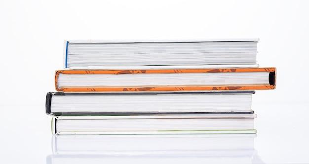 Lato del libro su sfondo bianco Foto Premium