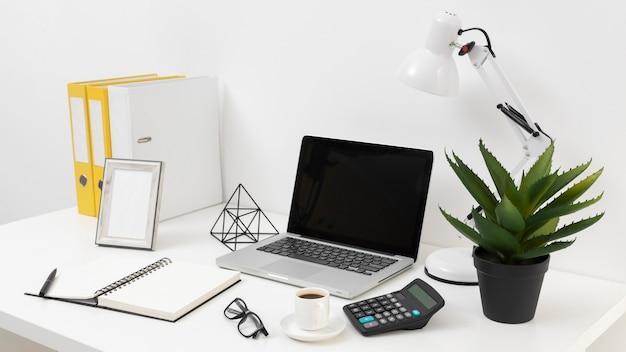 Disposizione degli elementi della scrivania con vista laterale Foto Premium