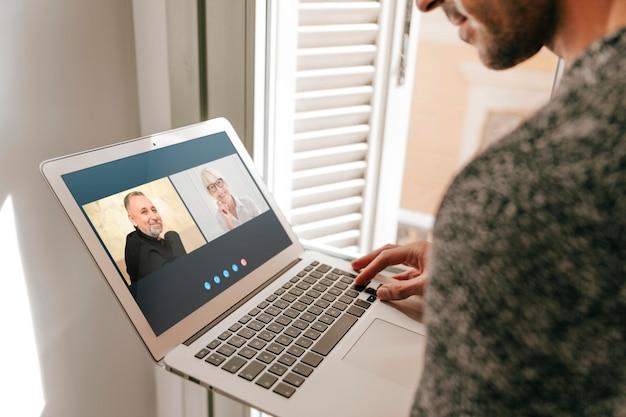 Videochiamata con vista laterale su laptop Foto Premium