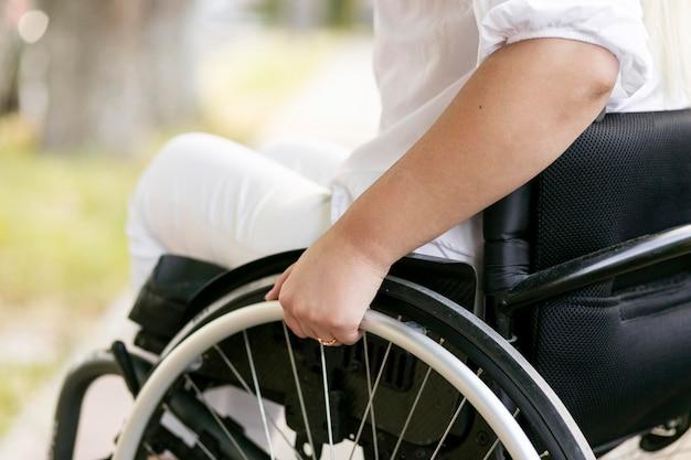 Vista laterale della donna in sedia a rotelle Foto Premium