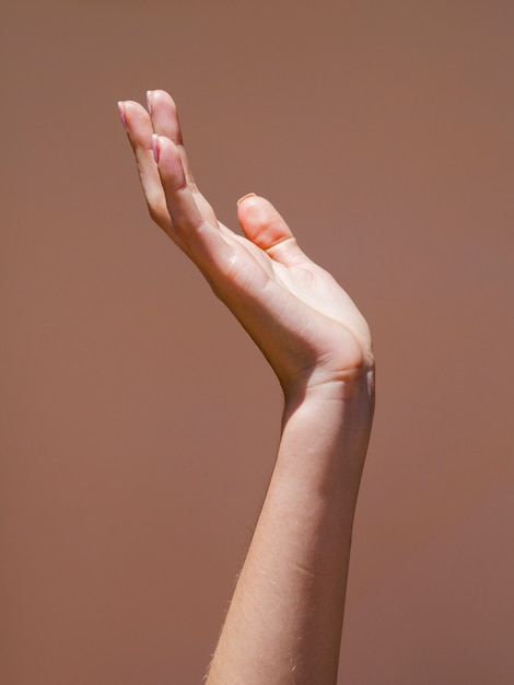 La mano della donna di sideview nella luce Foto Premium