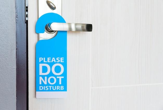 Cartello non disturbare appeso alla porta Foto Premium