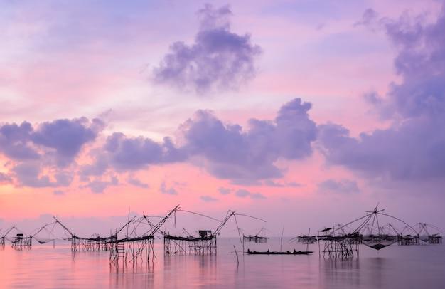 Profili la trappola della rete da pesca ad vista sul mare dell'alba in phatthalung, tailandia Foto Premium
