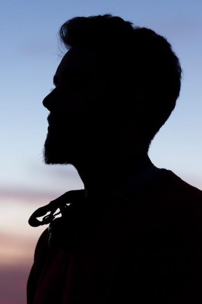 Silhouette di un uomo in un cielo di cristallo blu Foto Premium