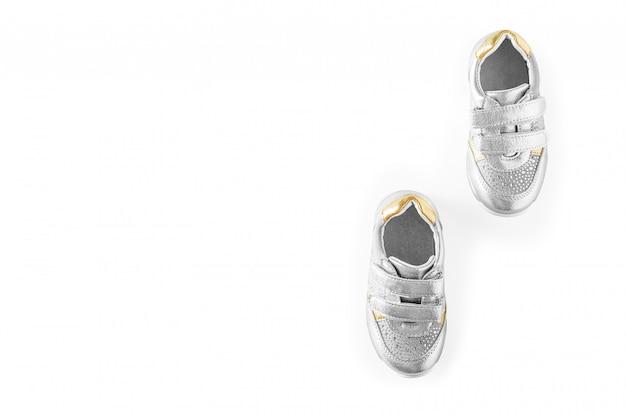 Le scarpe sportive dei bambini d'argento isolate su un fondo bianco Foto Premium