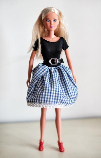 Singola bambola bionda in gonna Foto Premium