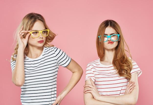 Sorelle emozioni comunicazione stile di vita ritagliata vista muro rosa. Foto Premium