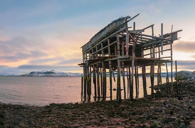 Lo scheletro di un capanno da pesca sulla spiaggia. Foto Premium