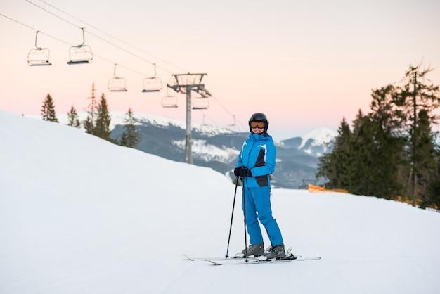 Sciatore alla stazione sciistica in inverno Foto Premium