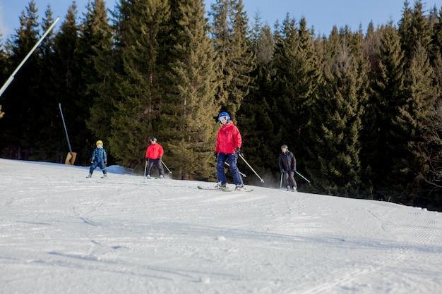 Persone che sciano e le seggiovie della regione sciistica in ucraina. Foto Premium