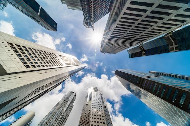 Edifici a torre del grattacielo nel quartiere degli affari, città di singapore Foto Premium