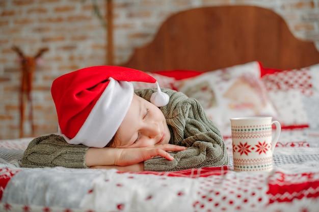 Ragazzo addormentato a natale Foto Premium