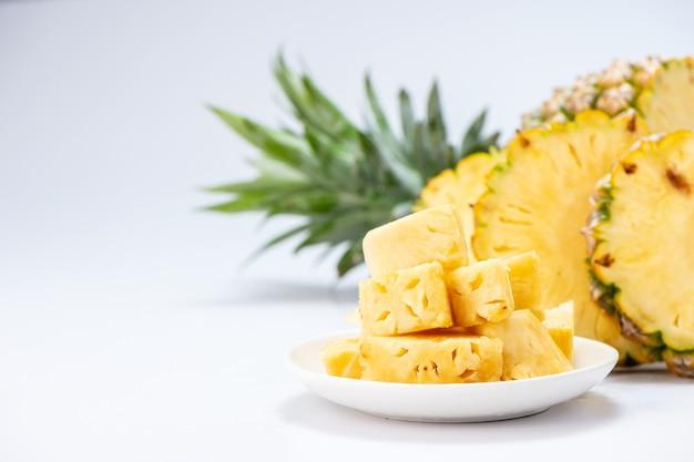 Ananas a fette isolato su sfondo bianco Foto Premium