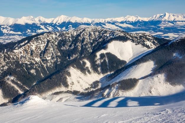 Slovacchia. bassi tatra. picchi invernali innevati con tempo soleggiato e foreste di valli Foto Premium