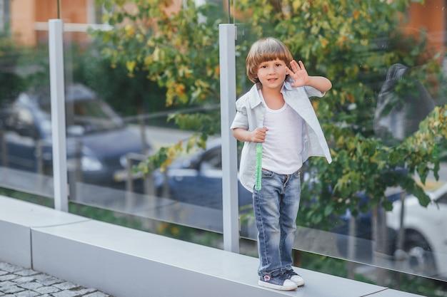 Un ragazzino in decorazioni urbane in una giornata estiva, soffiando bolle di sapone Foto Premium